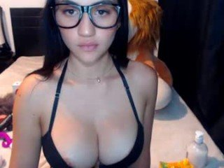 _laura_09 cam girl with big tits gets her tight pussy stretched out hard
