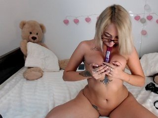 hotannie1997 sex toy is the best friend for this cam babe